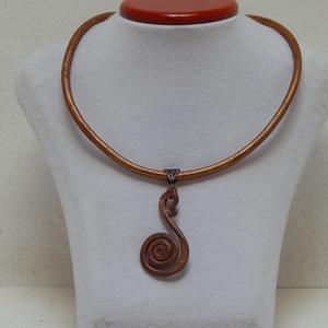 Bronz nyaklánc, Medálos nyaklánc, Nyaklánc, Ékszer, Ékszerkészítés, Kovácsolt bronz spirál medálhoz bronz bőr szálból készült a nyaklánc.\n, Meska