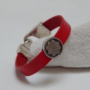 Piros bőrkarkötő, Ékszer, Karkötő, Ékszerkészítés, 1 cm széles piros bőrszálat virág mintás fém köztessel díszítettem.\n16 cm- s csuklóra készült a képe..., Meska