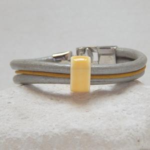 Sárga- ezüst bőrkarkötő, Ékszer, Karkötő, Ékszerkészítés, 2 db 5 mm vastag ezüst és egy 2 mm-s sárga bőrszálat sárga kerámia köztessel fogtam össze. \n\nBármiko..., Meska