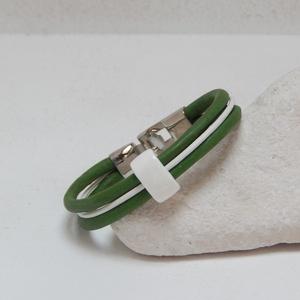 Zöld- fehér bőrkarkötő, Ékszer, Karkötő, Ékszerkészítés, 2 db 5 mm vastag zöld és egy 2 mm-s fehér bőrszálat fehér kerámia köztessel fogtam össze.   A képen..., Meska