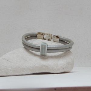 Két soros ezüst bőrkarkötő porcelán köztessel, Ékszer, Karkötő, Ékszerkészítés, 2 db ezüst színű bőrszálat szürke színű porcelán gyönggyel fogtam össze.  Visszafogottan elegáns da..., Meska