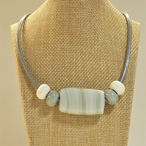 Bőr nyaklánc kerámia gyöngyökkel, Ékszer, Nyaklánc, Ékszerkészítés, 3mm vastag ezüst színű bőrszálra fűztem különböző színű, méretű kerámia  illetve üveg gyöngyöket \nKb..., Meska