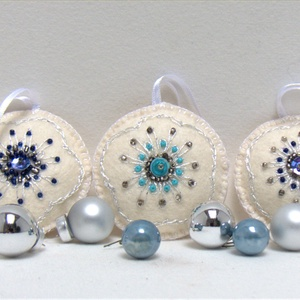 Hímzett karácsonyfadíszek, Otthon & Lakás, Dekoráció, Hímzés, Törtfehér gyapjúfilc korongokat ezüst, fém szálas hímző fonallal, üveg gyöngyökkel és flitterekkel  ..., Meska