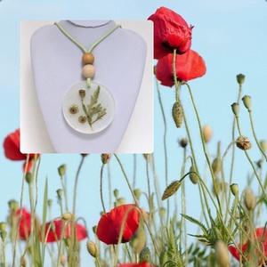 Pipacs nyaklánc- a megfagyott világ/ virág sorozatből, Ékszer, Nyaklánc, Ékszerkészítés, 6 cm átmérőjű medálba préselt pipacs levelet és terméseket tettem. Az üveg tiszta műgyanta mellett f..., Meska