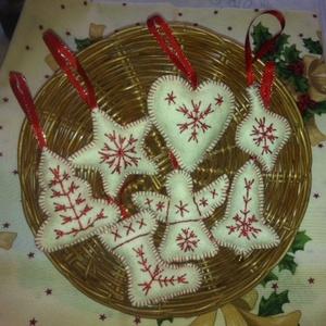 Karácsonyfadísz kollekció, féhér- piros, Karácsony, Karácsonyi lakásdekoráció, Karácsonyfadíszek, Hímzés, Meska