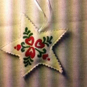 Szűrhímzéses  csillag karácsonyfa dísz, Táska, Divat & Szépség, Magyar motívumokkal, Otthon & lakás, Dekoráció, Ünnepi dekoráció, Karácsony, Hímzés, Varrás, Nyers színű gyapjúfilcre szűrhímzéssel készítettem ezt a csillagot.\n\nmérete: 12cm, Meska