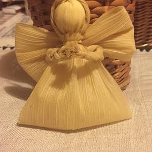Kukorica csuhé angyalka karácsonyfa dísz, Karácsony & Mikulás, Karácsonyfadísz, Fonás (csuhé, gyékény, stb.), kukorica csuhéból készült angyalka.\n\nhasználhatod karácsonyfadísznek, vagy szalvétagyűrűnek is.\n\nmér..., Meska