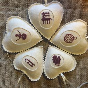 Hímzett karácsonyi szívek keresztszemes hímzéssel, 5 darab, Karácsony, Karácsonyi lakásdekoráció, Karácsonyfadíszek, Hímzés, Varrás, Meska