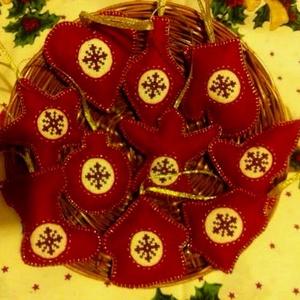 karácsonyfadísz keresztszemes hímzéssel, Karácsonyfadísz, Karácsony & Mikulás, Otthon & Lakás, Hímzés, Varrás, Keresztszemes alapra csillagokat hímeztem, majd különböző filcből készített karácsonyfa dísz alapokb..., Meska