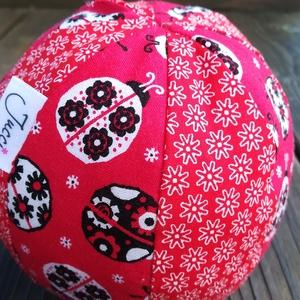 Virágos-katicás textil labda, Gyerek & játék, Játék, Plüssállat, rongyjáték, Varrás, Színes-mintás textilből készült, közepes méretű puha rongylabda. Benti játékhoz is kiváló. \nÁtmérője..., Meska