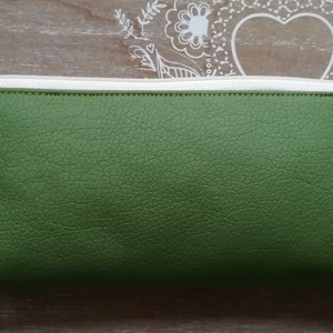 Zöld textilbőr tolltartó, Táska, Divat & Szépség, Táska, Neszesszer, Pénztárca, tok, tárca, Szemüvegtartó, Varrás, Zöld színű textilbőr tolltartó, cipzárral záródik, bélése virágos pamutvászon. \nMérete: \nszélesség: ..., Meska