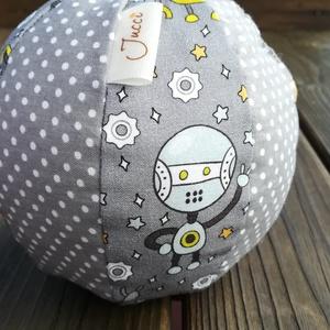 Űrlényes textil labda, Játék & Gyerek, 3 éves kor alattiaknak, Babalabda, Varrás, Színes-mintás textilből készült, közepes méretű puha rongylabda. Benti játékhoz nagyobbaknak is kivá..., Meska