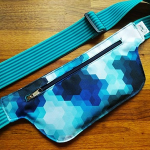Kék-fehér futós övtáska , Táska & Tok, Övtáska, Varrás, Kék-fehér vízlepergetős anyagból készült övtáska, állítható gumipánttal. Ideális futáshoz, sétához, ..., Meska