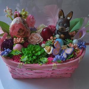 Húsvéti asztali dísz 1, Otthon & Lakás, Dekoráció, Asztaldísz, Decoupage, transzfer és szalvétatechnika, Festett tárgyak, Ovális háncs kosárban, oázis alapra ragasztott tavaszi-húsvéti figurák.\nA kosár mérete:\nSzélesség:20..., Meska