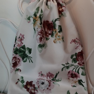 Hátizsák rosegold rózsákkal, Táska, Divat & Szépség, Táska, Hátizsák, 28x35 cm méretű  hátizsák. Ide teheted a telefonod, zsepid, tárcádat  vagy a sportcuccod, és a kezei..., Meska