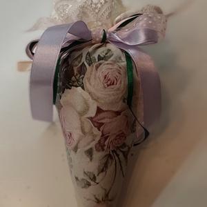 Levendula tölcsérben virágos, Otthon & lakás, Dekoráció, Lakberendezés, Azonnal vihető darab, rendelésre pedig a kért névvel rövid határidővel elkészítem!  22 cm-es textilt..., Meska