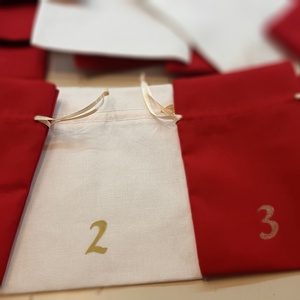 Adventi naptárhoz 24 textil tasak, Karácsony & Mikulás, Adventi naptár, Fehér és meggypiros pamutvászon zsákocskák arany számozással, - 24 db - adventi naptárhoz. Szalagja ..., Meska