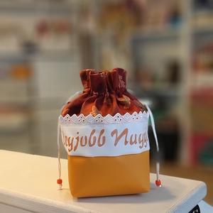 Bugyor - legjobb Nagyi, Táska & Tok, Pénztárca & Más tok, Dohánytasak & Szütyő, Varrás, Pamutvászon anyagból készült bugyor, alján illő műbőrrel. \nKívül-belül textil.\n\nMérete 10x10x18 cm (..., Meska