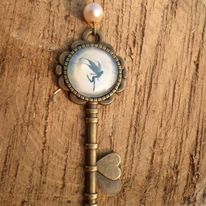 Tündérvilág kulcsa, Medálos nyaklánc, Nyaklánc, Ékszer, Ékszerkészítés, Fémmegmunkálás, Vintage stílusú antikolt bronz nyaklánc, krémszínű háttér előtt egy vidáman és kecsesen szökellő tün..., Meska