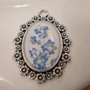 Kék nefelejcs - a lélek örök emlékezete, Cameo nyaklánc, Nyaklánc, Ékszer, Fémmegmunkálás, Antikolt ezüst láncon ugyanilyen alapanyagú, virágos keretben apró nefelejcsek pompáznak. \nA lánc 60..., Meska