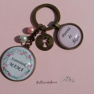 Szeretünk mama/anya!, Kulcstartó, Kulcstartó & Táskadísz, Táska & Tok, Ékszerkészítés, Nagyon kedves antikolt bronz kulcstartó, feliratozva, selyemfényű gyöngyökkel. \nA nagymamáknak és éd..., Meska