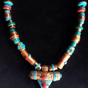 Arany színű tibeti gyöngyös nyaklánc, Ékszer, Medálos nyaklánc, Nyaklánc, Kézzel készített,egyedi,antik hatású, tibeti stílusú,arany színű nyaklánc, türkiz-korall díszítéssel..., Meska