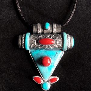 Tibeti stílusú türkiz- korall nyaklánc, Ékszer, Medál, Nyaklánc, Ékszerkészítés, Gyurma, Kézzel készített,egyedi,különleges antik hatású,tibeti stílusú nyaklánc,türkiz-korall díszítéssel po..., Meska