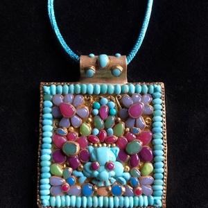 Tibeti stílusú nyaklánc színes, apró kövekkel, Medálos nyaklánc, Nyaklánc, Ékszer, Ékszerkészítés, Gyurma, Kézzel készített,egyedi,különleges antik hatású, tibeti stílusú nyaklánc, színes apró kődíszítéssel ..., Meska