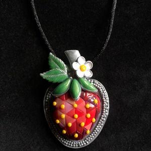 Mozaik eper nyaklánc, Ékszer, Medálos nyaklánc, Nyaklánc, Kézzel készített,egyedi, antik hatású eper medál polymer clay-ből, fekete színű, sima megkötős selye..., Meska