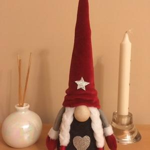 Karácsonyi piros-szürke copfos manó, Otthon & Lakás, Karácsony & Mikulás, Karácsonyi dekoráció, Varrás, Egyedi készítésű aranyos karácsonyi copfos manó, piros - szürke színben.\nRizs és poliészter töltet v..., Meska