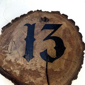 Fa házszám, Otthon & lakás, Lakberendezés, Utcatábla, névtábla, Famegmunkálás, Akácfa alapra készült házszám, hátulján akasztóval. Az alap csiszolt fa, de vigyázva hogy megőrizze ..., Meska