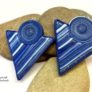 Kék csíkos háromszög fölbevaló, Ékszer, Fülbevaló, Ékszerkészítés, Gyurma, Süthető gyurmából készítettem ezt az igazán különleges, extravagáns fülbevalót,\nMérete : 6 cm, akasz..., Meska