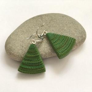 Zöld háromszög fülbevaló, Ékszer, Fülbevaló, Gyurma, Ékszergyurmából készítettem ezt a fülbevalót. Mérete : akasztó nélkül 2,5 cm., Meska