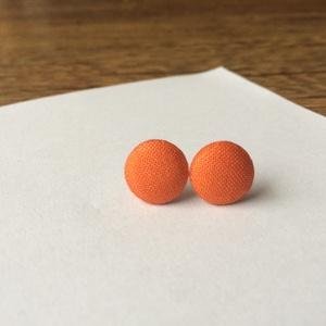Narancssárga pici bedugós fülbevaló, Pötty fülbevaló, Fülbevaló, Ékszer, Ékszerkészítés, Pillekönnyű, saját kézzel, gombpréssel behúzott textilgombbal díszített bedugós fülbevaló. A narancs..., Meska