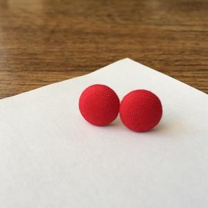 Piros színű bedugós fülbevaló, Pötty fülbevaló, Fülbevaló, Ékszer, Ékszerkészítés, A pillekönnyű bedugós fülbevaló saját kézzel behúzott textilgombbal készült. Az ékszer alapja ezüst ..., Meska