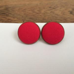 Piros színű nagy bedugós fülbevaló, Pötty fülbevaló, Fülbevaló, Ékszer, Ékszerkészítés, Saját kézzel behúzott textilgombbal díszített fülbevaló. A gomb átmérője 20 mm. A fülbevaló alapja b..., Meska