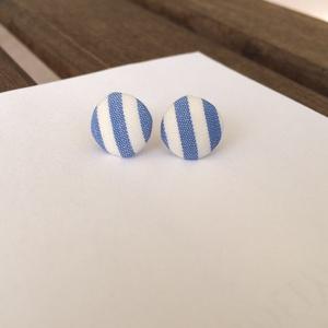 Kék-fehér csíkos pici bedugós fülbevaló, Ékszer, Fülbevaló, Ékszerkészítés, Pillekönnyű fülbevaló, amelyet saját kézzel behúzott textilgombbal készítettem. Ezüst színű fülbeval..., Meska