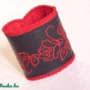 AkciÓÓ!! Hímzett, karkötő  textilbőr-filc , Ékszer, Karkötő, Széles karkötő, Hímzés, Varrás, A karkötő piros filc alapra varrt, fekete textilbőr amely piros rózsa hímzéssel lett díszítve.\nPaten..., Meska