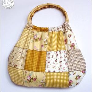 Drapp patchwork hatású táska, ovális bambusz füllel, Kézitáska, Kézitáska & válltáska, Táska & Tok, Varrás, Virágos, rózsás, patchwork hatású retró táska.\nNagyon jó tartású vászon anyag.\n\nFüle ovális, bambusz..., Meska