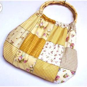 Drapp patchwork hatású táska, ovális bambusz füllel, Táska, Táska, Divat & Szépség, Szatyor, Varrás, Virágos, rózsás, patchwork hatású retró táska.\nNagyon jó tartású vászon anyag.\n\nFüle ovális, bambusz..., Meska