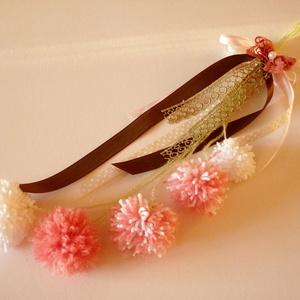 Pamut pom-pom virágdísz , Csokor & Virágdísz, Dekoráció, Otthon & Lakás, Virágkötés, Pamutvirág szoba, ajtódísz.\nPom-pom virágfejeket kötöttem csokorba.\nTetejére szalagdíszeket tettem.\n..., Meska