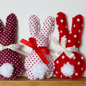 Három, húsvéti textil nyuszi, pom-pom farokkal (pirosak), Otthon & Lakás, Dekoráció, Dísztárgy, Baba-és bábkészítés, Varrás, Nyuszik 415Ft/ darab áron.\nItt, három darab árát adtam meg, ami az első képen szerepló három pirosas..., Meska