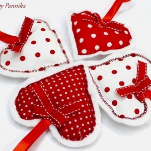 Szívek , Karácsonyfadísz, Karácsony & Mikulás, Otthon & Lakás, Patchwork, foltvarrás, Varrás, Szív  dekoráció.\nLakásunk gyönyörű, egyedi dekorációja lehet.\nA szívek vászon és serpa anyagokból ké..., Meska