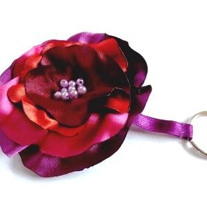 Szatén virág  kulcstartó  Akció!, Táska & Tok, Kulcstartó & Táskadísz, Kulcstartó, Ékszerkészítés, Virágkötés, Nőies, szép, egyedi kulcstartó:)\nPici biztosító tű segítségével, akár kitűzőként is használható. \n T..., Meska
