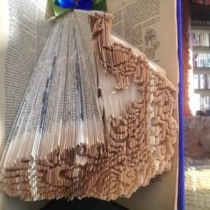 Páva., Egyéb, Furcsaságok, Otthon & lakás, Dekoráció, Dísz, Lakberendezés, Asztaldísz, Papírművészet, Mindenmás, Vágás-hajtogatás + hajtás kombinációinak alkalmazásával készült könyvszobor.\nA könyv magassága 23 cm..., Meska