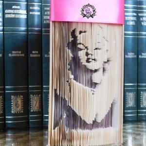 Marylin Monroe, Egyéb, Furcsaságok, Otthon & lakás, Dekoráció, Dísz, Lakberendezés, Asztaldísz, Mindenmás, Papírművészet, Vágás-hajtogatás, árnyékolt technikájával készült könyvszobor. \nA könyv magassága 20 cm.\n\nKÖNYV IS, ..., Meska