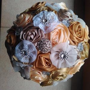 Arany és Vaj Örökcsokor, Menyasszonyi- és dobócsokor, Menyasszonyi- és dobócsokor, Esküvő, Ékszerkészítés, Virágkötés, Textilvirágokból alkotott csokor.\n\nCsodás csipkével, strasszal és gyönggyel.\nMinden virágot apróléko..., Meska
