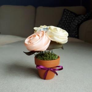 """Tavaszi Minike, Otthon & lakás, Dekoráció, Varrás, Virágkötés, Virágminiatűr el nem hervadó virágokból.\nMinden virágot magam formázok egyedire. Kis agyagcserépbe \""""..., Meska"""