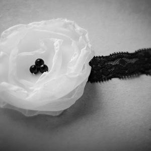 Fekete-fehér csipkepánt, hajpánt, Ruha & Divat, Hajdísz & Hajcsat, Hajráf & Hajpánt, Varrás, Virágkötés, Fekete és fehér.\nA pánt elasztikus, így egy-két méretet átölel, de kor vagy fejkörméret alapján szem..., Meska