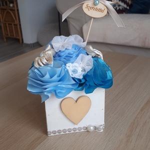 Kis dobozvirág, kék örökvirág, Otthon & lakás, Lakberendezés, Asztaldísz, Dekoráció, Dísz, Virágkötés, Varrás, 9x8cm-es fa dobozkán csücsülnek a virágok.\n((Természetesen magasabb a méret virágokkal együtt.))\n\nSz..., Meska